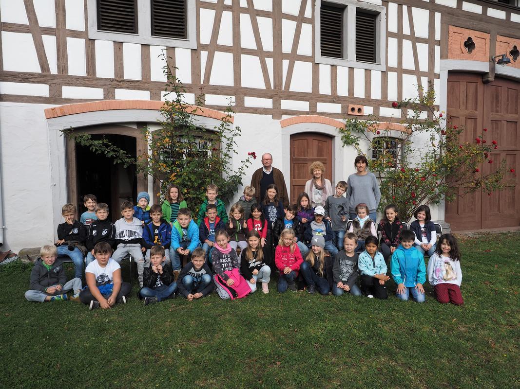 Gruppenfoto Klasse 1/2a und 1/2b vor Bauernmuseum