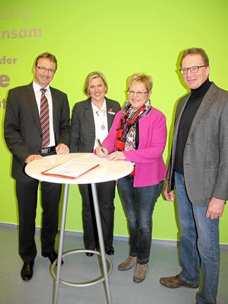 Matthäus Reiser, Vorstandsvorsitzender der KSK RW, Andrea Nübel, Ursula  Rottweiler-Ringel und Herbert Kopp unterzeichnen den Kooperationsvertrag