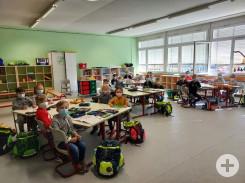 Neues Klassenzimmer 1-2a mit Schülern